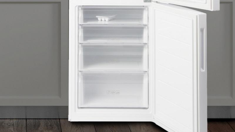4 ящика в морозильной камере